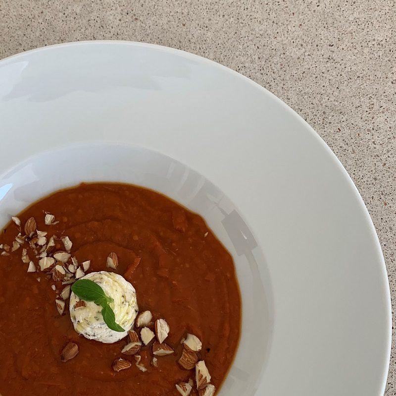 Bagt tomatsuppe med frosset basilikum-skum og ristede mandler