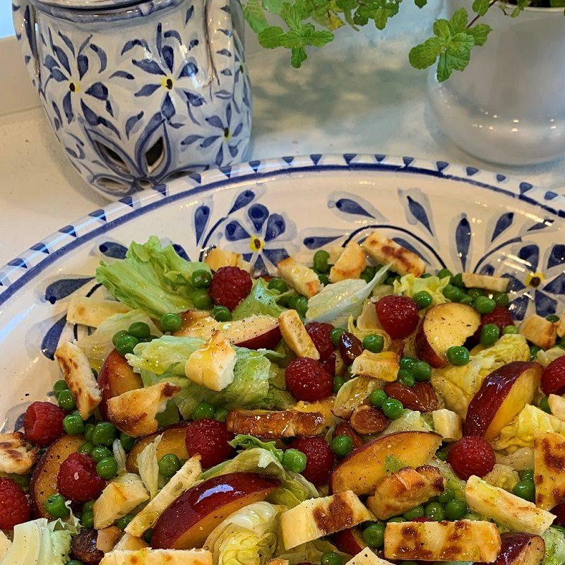 Halloumisalat med olivenolie og årstidens frugter