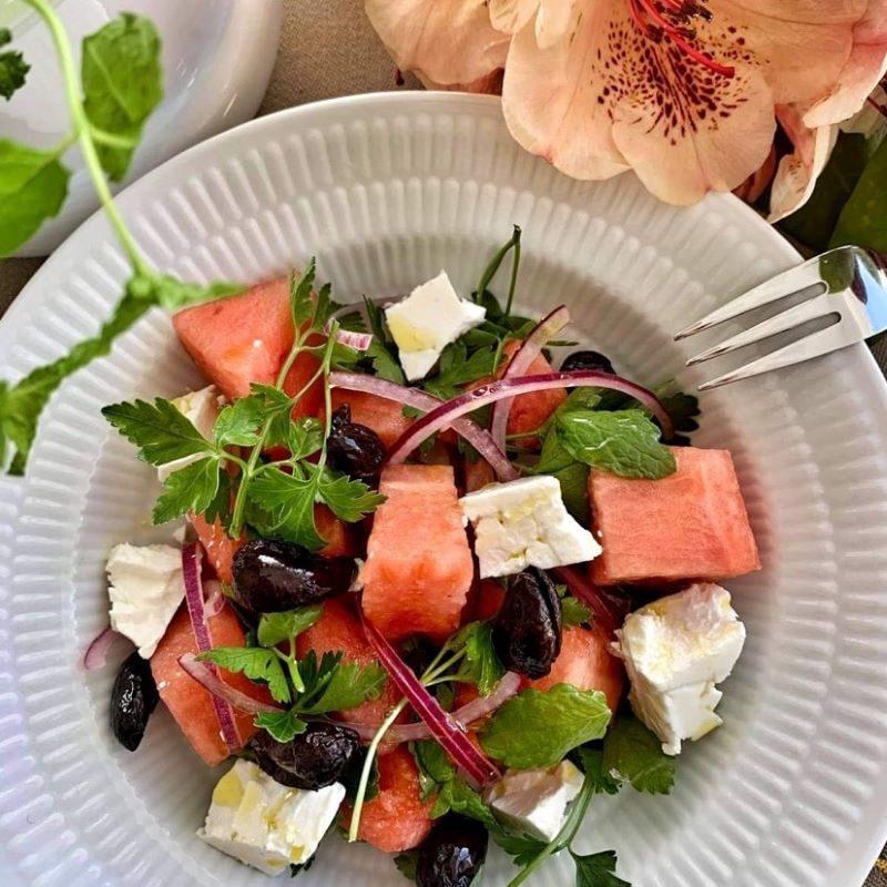 Vandmelonsalat med bagte oliven, feta og limemarinerede rødløg