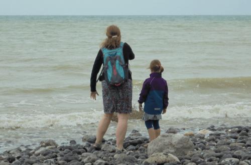 Moeder en dochter bij de zee