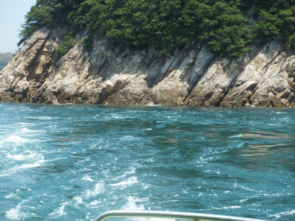船上から来島海峡の潮流を撮影した写真。