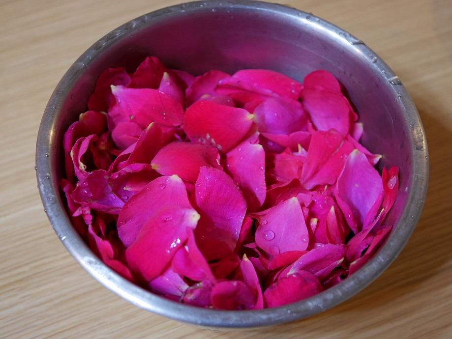 バラ「テス・オブ・ザ・ダーバービルズ」の花びらをボウルに入れた写真。