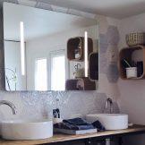 Vasques, miroir et étagères