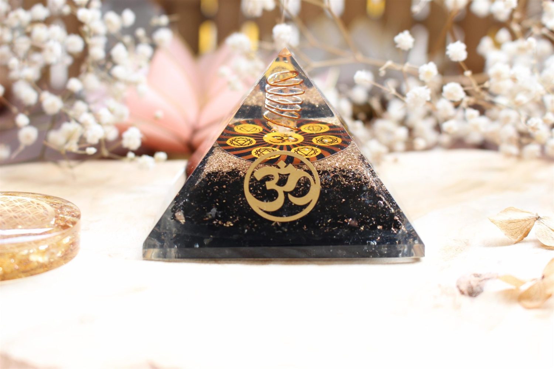 "Orgonite ""Om̐ & Chakras"" en pyramide [Pierre de Tourmaline]"