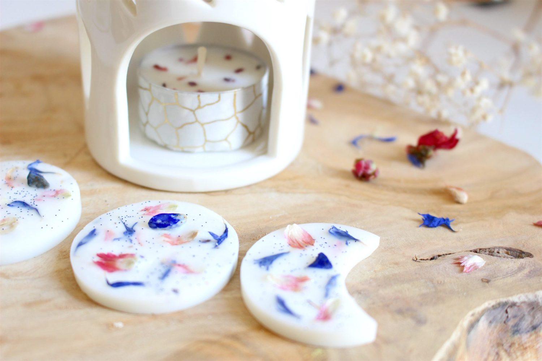 Trio de Mini-Lune holistique en cire de soja naturelle, fragrances fruité & fleurie fait main par la marque française Rose Blooming Mind. Parsemés de fleurs séchées de Bleuet et cristal de Lapis-Lazuli