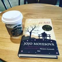Lattéčko ze Starbucks s dobrou knihou
