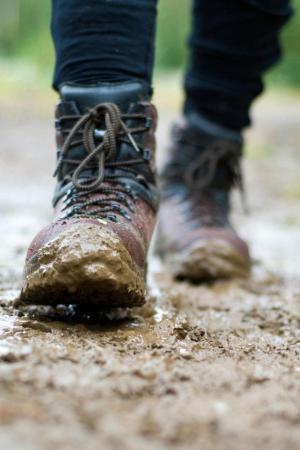 hiking_boots_mud_128258567