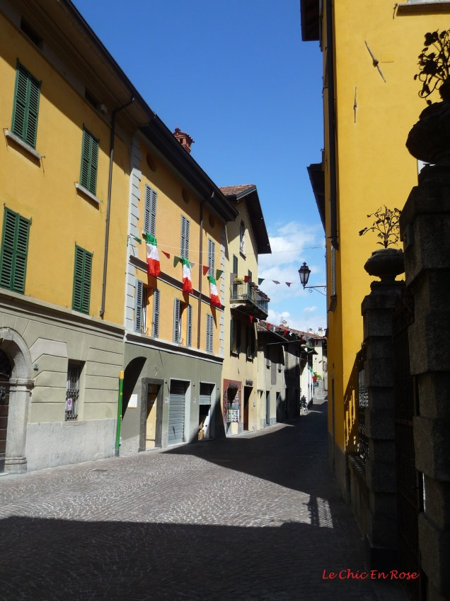 Street at the top of the village Varenna