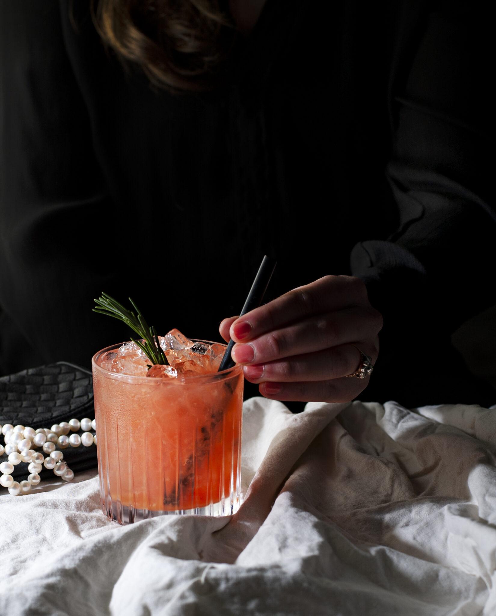 Vrouw drink cocktail aan bar