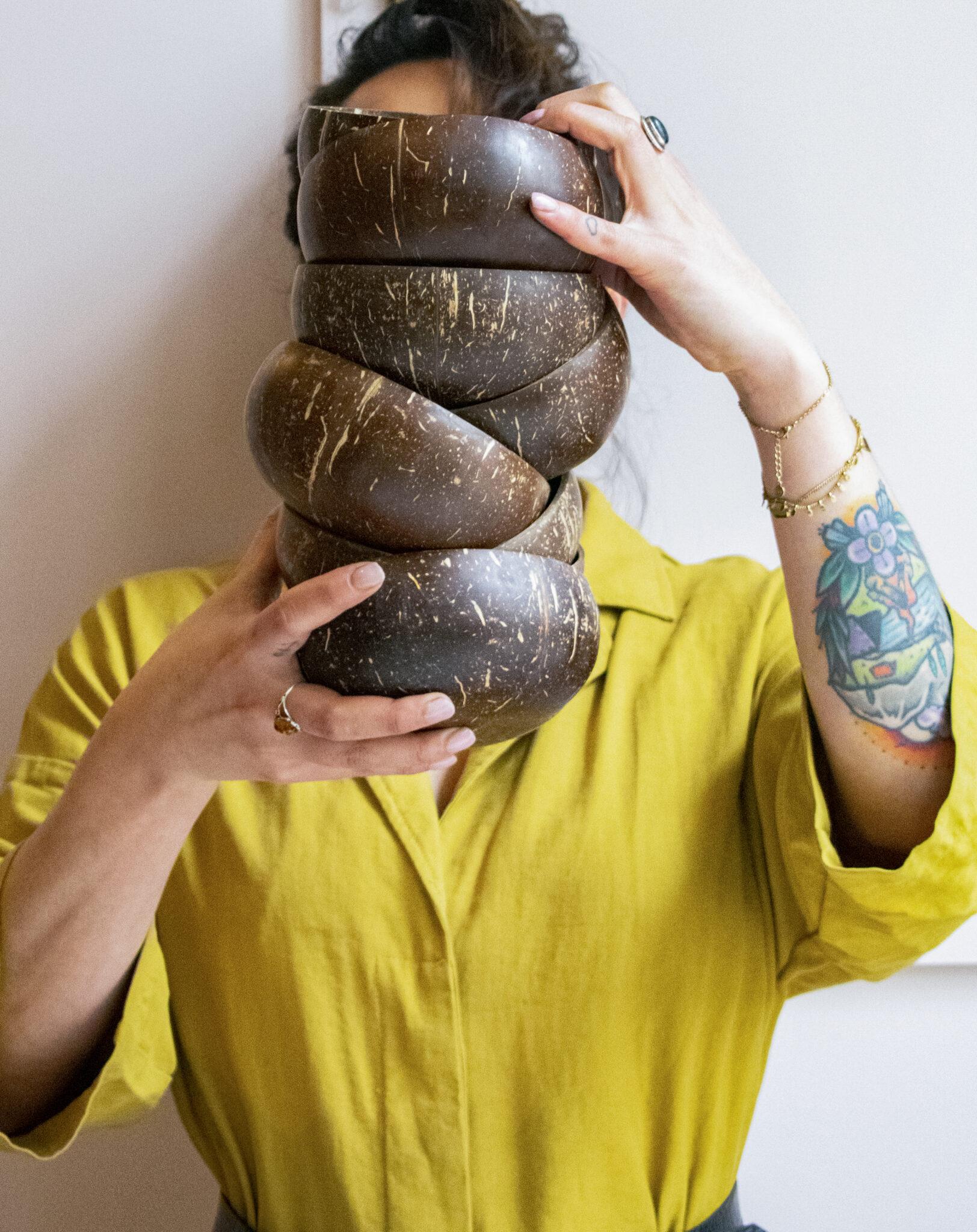 vrouw houdt stapel bakjes vast
