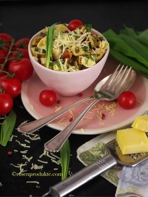 Bärlauch-Nudeln mit Käse und Tomaten