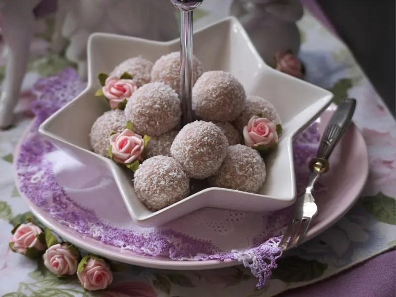 Schale von oben mit Rosen Kokosbällchen rosen essen