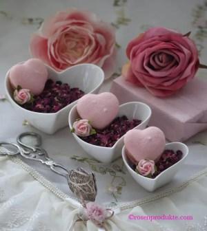 3 Herzschalen mit Rosenblüten und Macarons