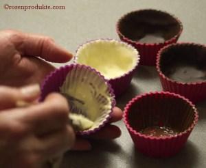 Silikonförmchen auspinseln mit weisser Schokolade