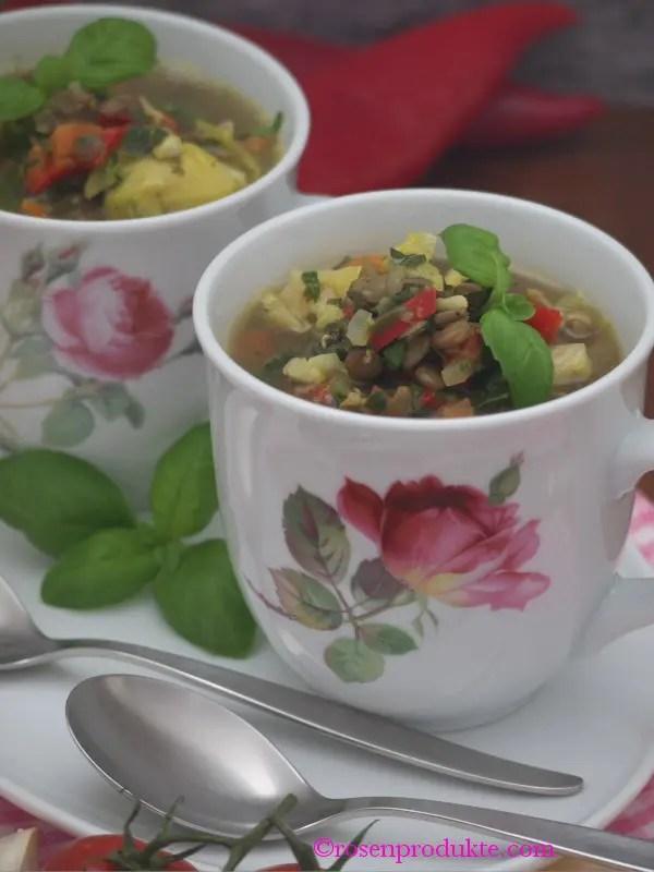 Eiweiss Suppe mit Linsen in der Tasse