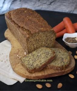 Eiweiss-Möhren-Brot auf Holzbrett mit Leinsamen