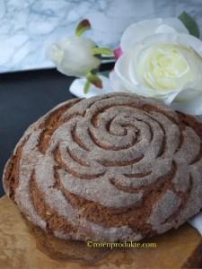 rundes Bauernbrot selbstgebacken mit Rosenmuster