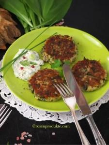 Grüner Teller mit 3 Bärlauch Blinis und Besteck