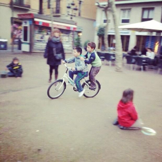 Mi hijo Juan jugando en la plaza de la Vila de Gràcia
