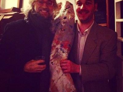 Aquí Víctor Amela i Agustí Zuriguel Aliaga i una de les 100 obres de gran format que prepara per anar a París
