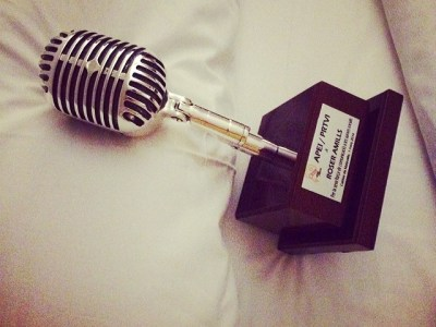 En la cama con mi micrófono de los #premiosapei2014 ;))