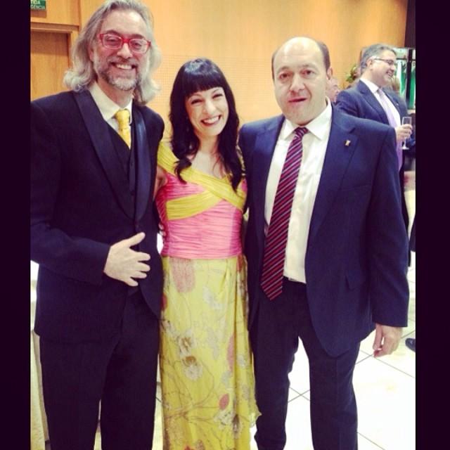 Roser Amills con Constantino Mediavilla y Víctor Amela #premiosapei2014