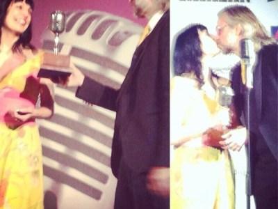 Que elijan a mi chico para que me entregue el premio tiene estas cosas :)) #premiosapei2014