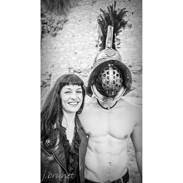 roser amills con un gladiador romano blanco y negro