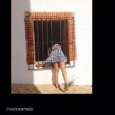 roser amills asomada a una ventana piernas