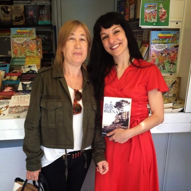 roser amills con la madre de la moderna de pueblo en madrid feria del libro