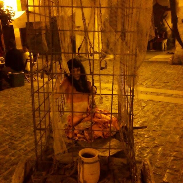 roser amills en una jaula de forcall foto de victor amela