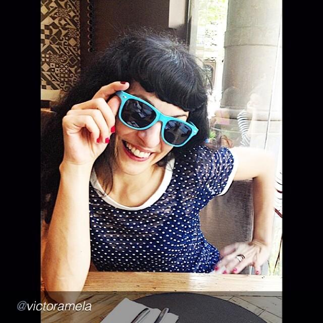 roser amills gafas de sol azules camiseta topos