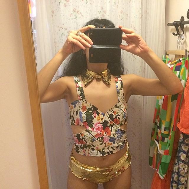 roser amills selfie en el probador bragas lentejuelas doradas