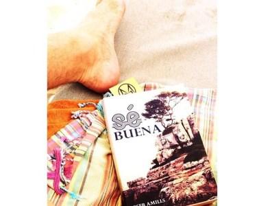 Es un lujo recibir foto de @MaryBooneBar y su lectura en la playa! #sébuena power!!
