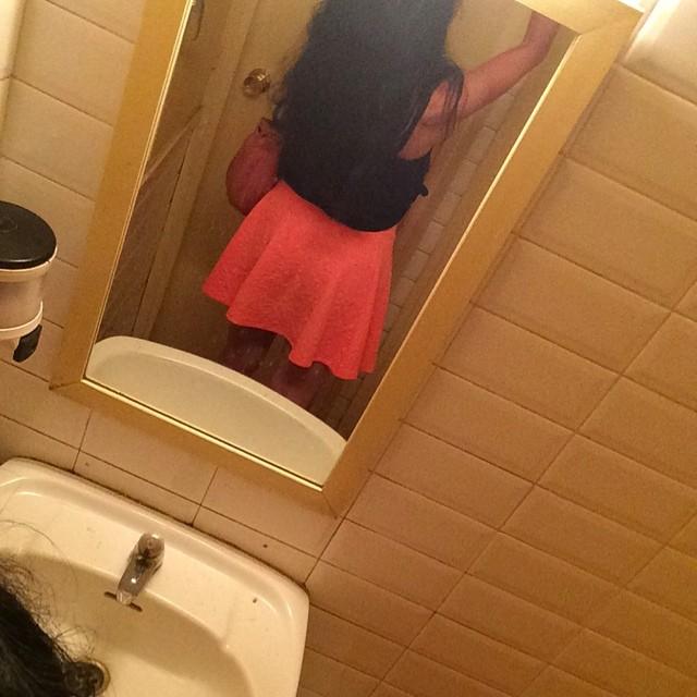 roser amills selfie lavabo falda rosa