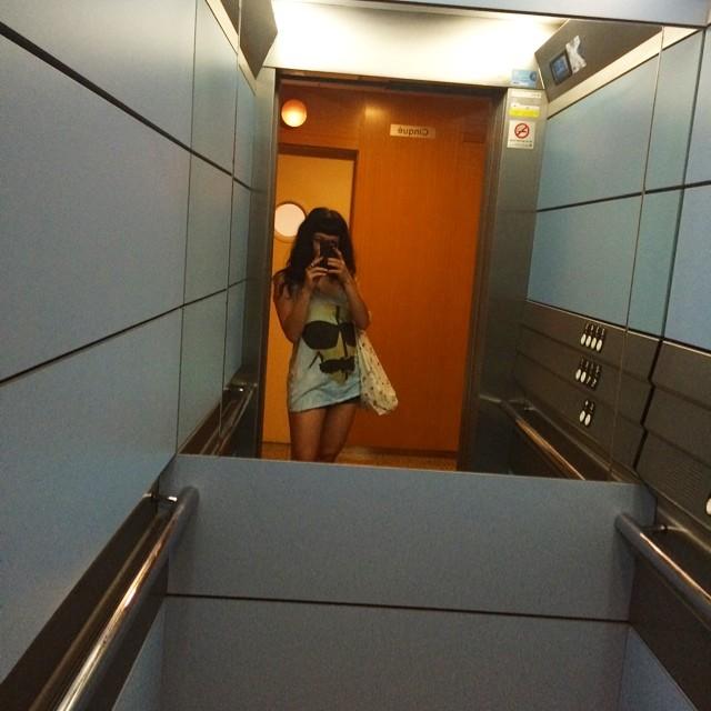 selfie de roser amills en un ascensor con la camiseta tranquilito you know
