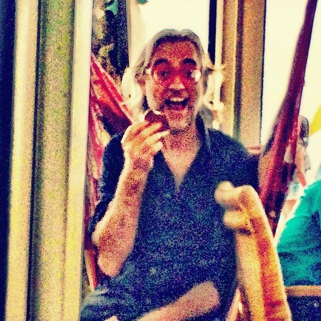 victor amela en una hamaca en la barceloneta foto de roser amills