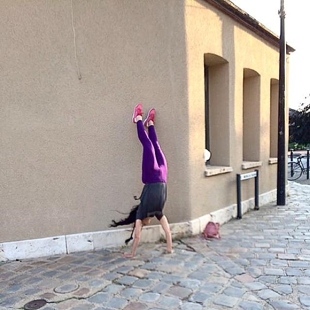 roser amills haciendo el pino frente a la catedral de chartres