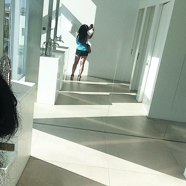 roser amills shorts selfie espejo lavabo hotel w
