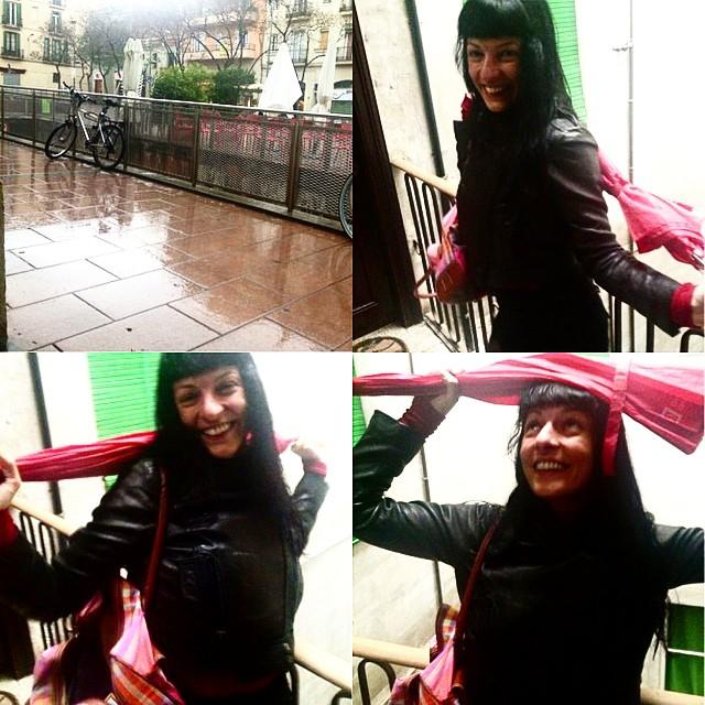 roser amills paraguas rojo lluvia barri de gracia barcelona