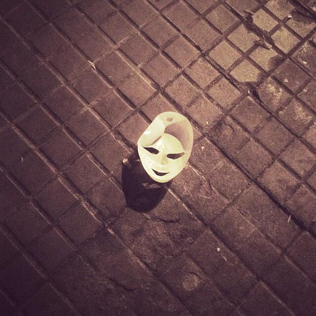 mascara blanca en el suelo barcelona