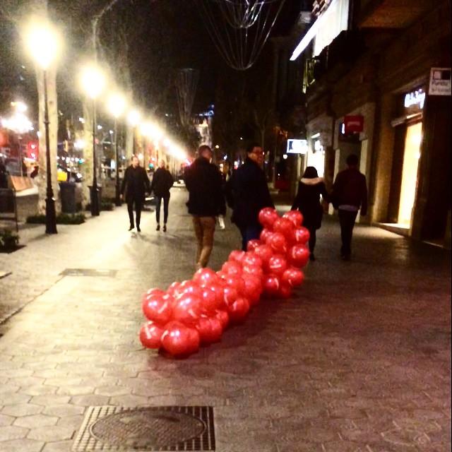 Señores que sacan globos a pasear por Paseo de Gracia, ahora :))
