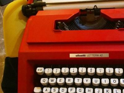Con la máquina de escribir entre las piernas #prontonuevanovela ya casi terminé #yaquedamenos ;))