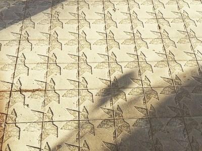 Buenos días! Ojo: si caminas con tacones por el nuevo embaldosado de Diagonal… tropiezas!!