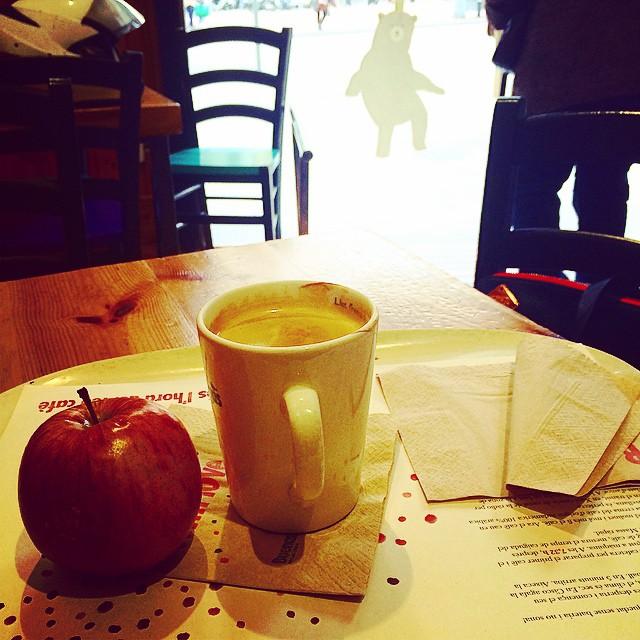 Hay un lindo osito mirando mi manzana con deseo ;)) #buenosdias