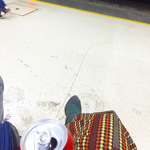 Mis poemas, mi lata de cerveza y yo atrapados en un andén ;))