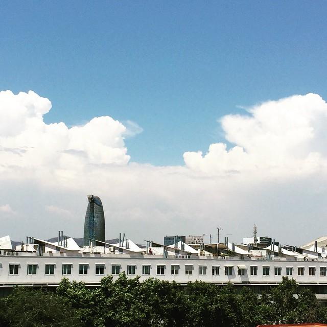 Torre Agbar con nubes y grúa :))