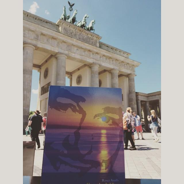 Me ha hecho especial ilusión esta foto de @afromarc86 con #elecuadordeulises en la Puerta de Brandemburgo ;))