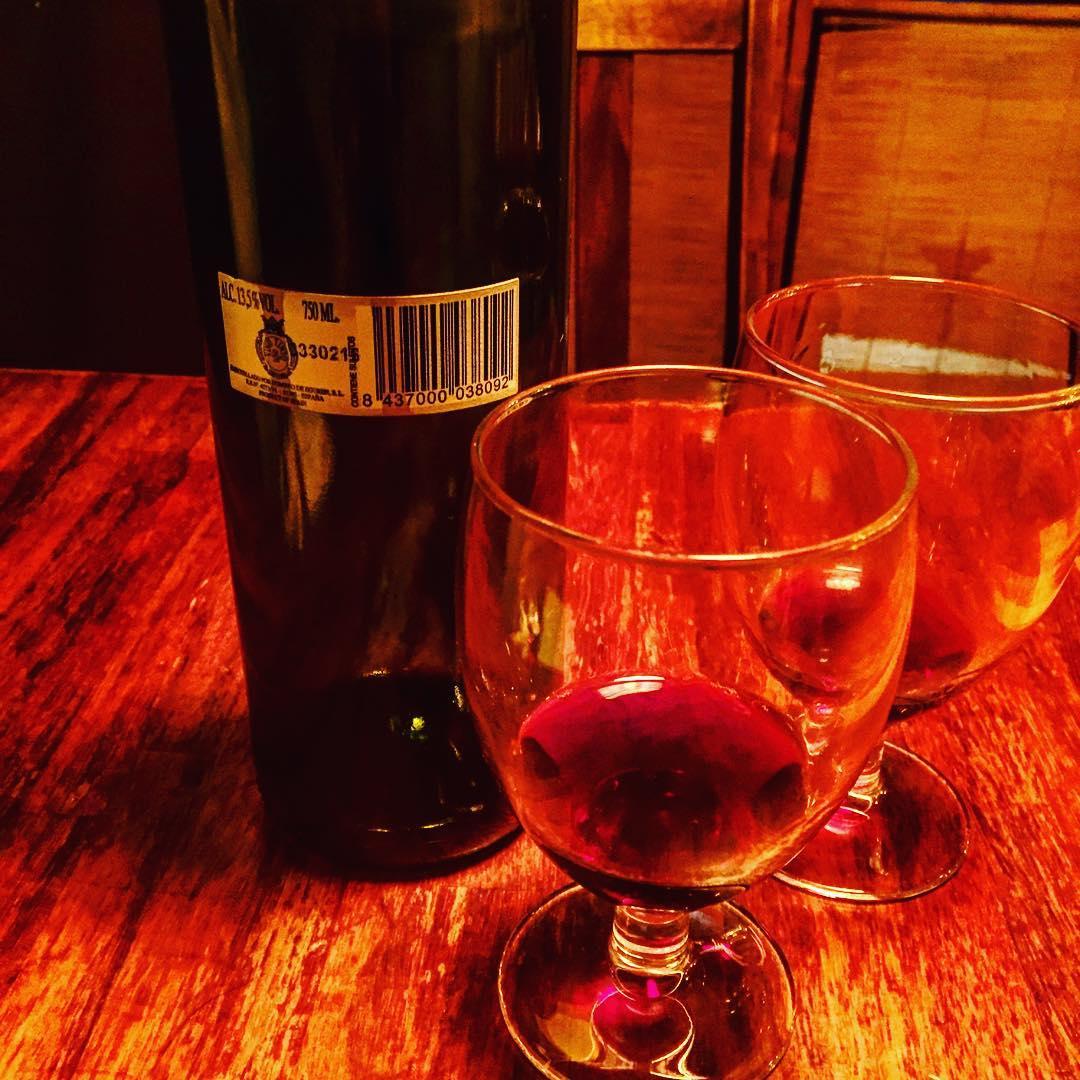Nos han dado un vino muy rico sin etiqueta ni mandangas ;))