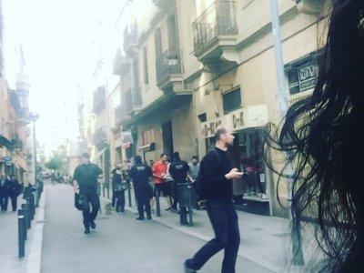 En uns minuts desallotjaran el banc ocupat de Travessera de Gràcia: el barri està ple d'antidisturbis
